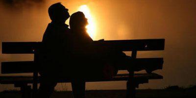 Закохані на лавочці